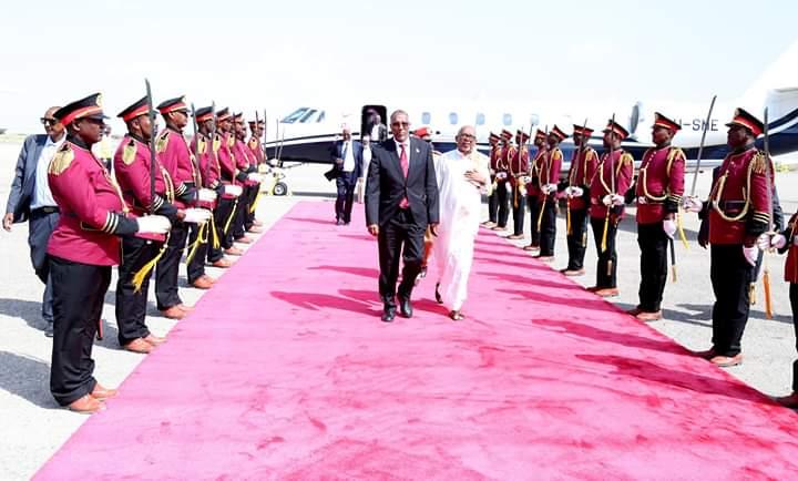 Madaxweynaha Somaliland iyo Kuxigeenkiisa iyo Bambowda oo Madaarka ku qaabbilay